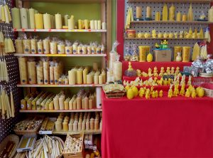 Kerzen und Teelichter - selbstverständlich aus 100% reinem Bienenwachs - aus eigener Produktion und aus der Behindertenwerkstatt
