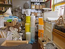 Schutzkleidung, Honigverarbeitungsutensilien u.a. im Laden